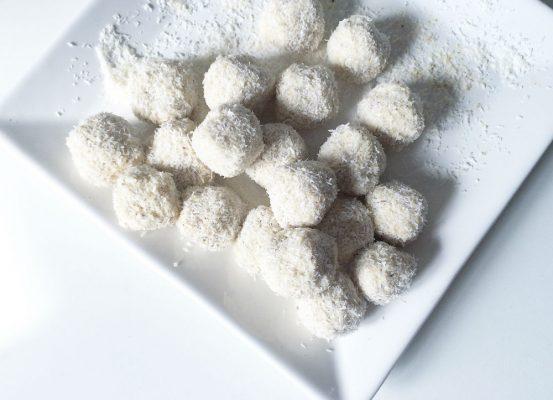 Sündenfreie Protein Kokosbällchen auf www.holisticfitness.de