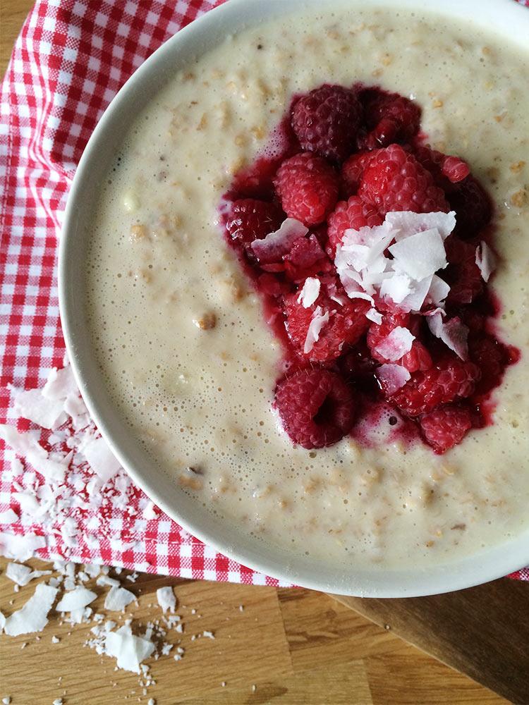 Vanille Porridge mit heißen Himbeeren zum Frühstück