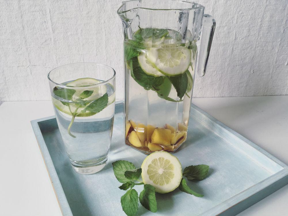 Vitamnwasser: Zitrone, Nektarine, Minze