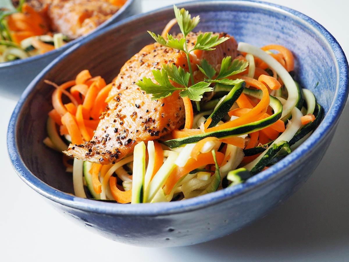 Gemüsenudel-Salat mit Lachs