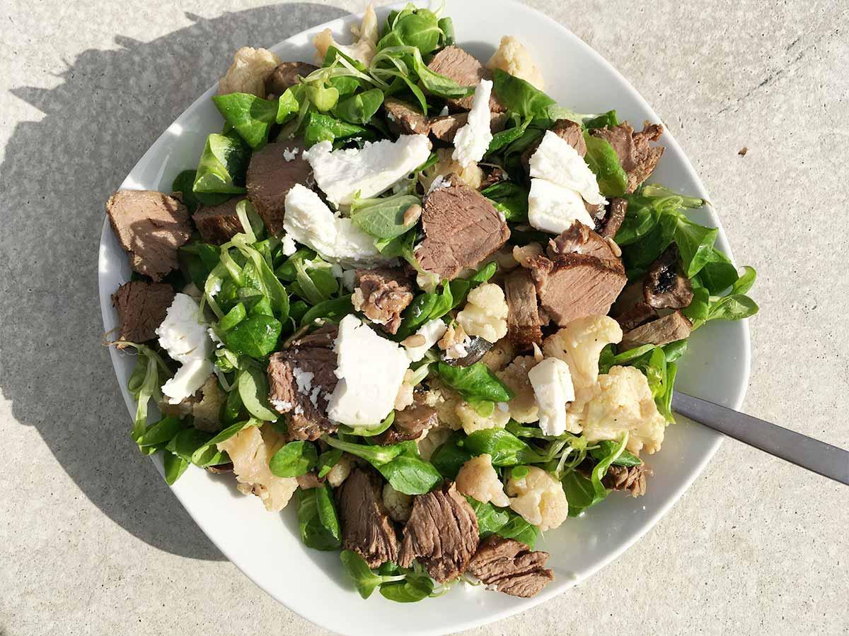Gerösteter Blumenkohl-Salat mit Steak & Ziegenkäse
