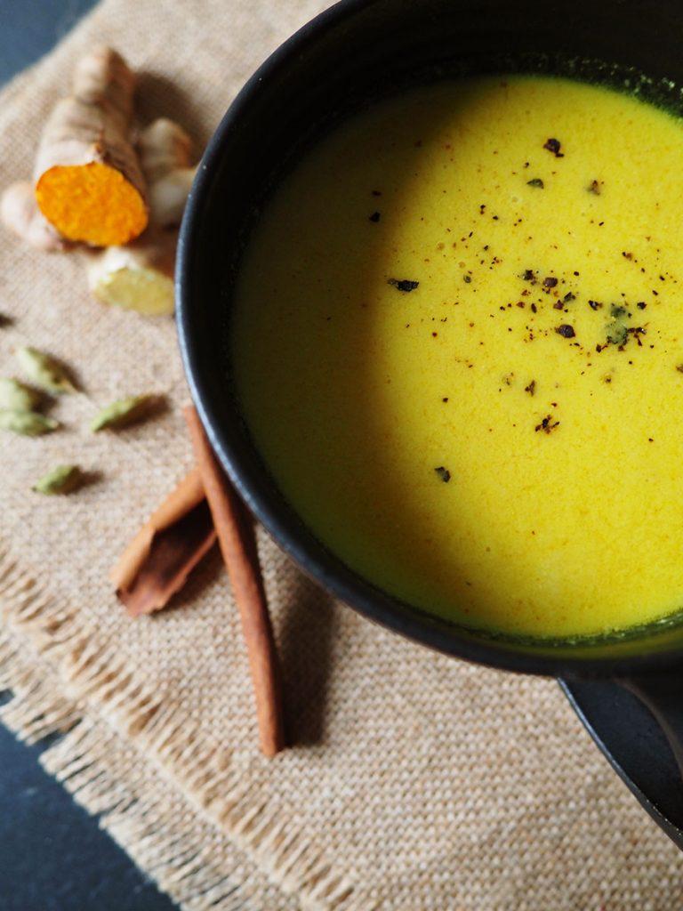 Goldene Milch mit Kurkuma & Gewürzen