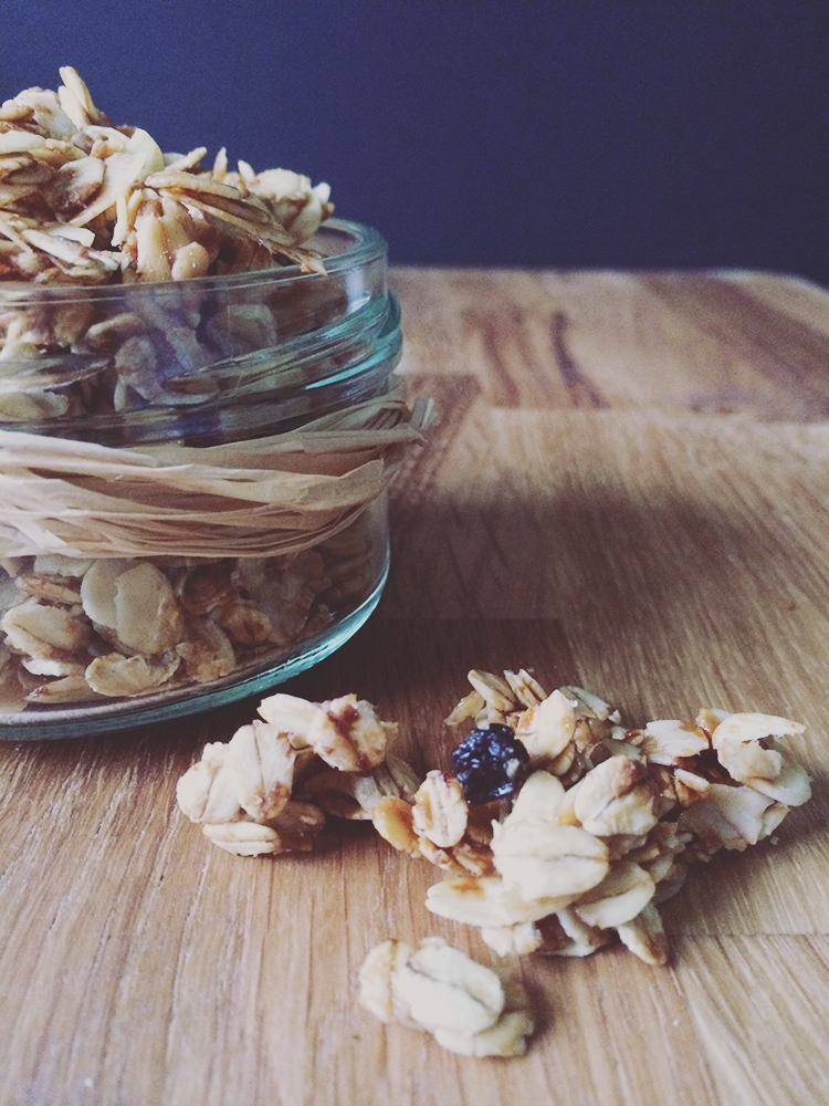 Granola Knuspermüsli mit Mandeln und Korinthen