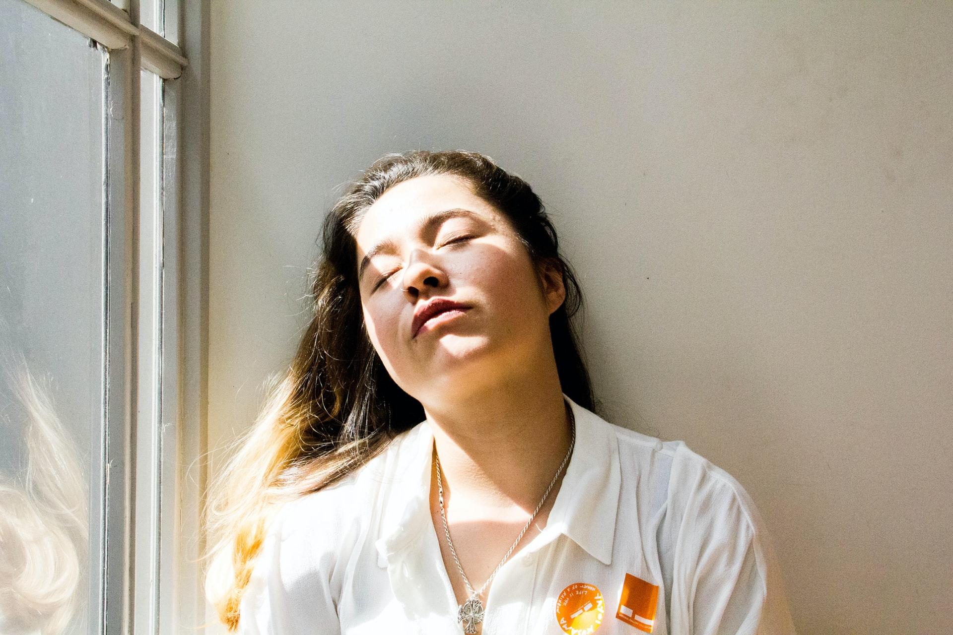 Müde Frau an die Wand geleht - Foto by Stacey Gabrielle Koenitz Rozells