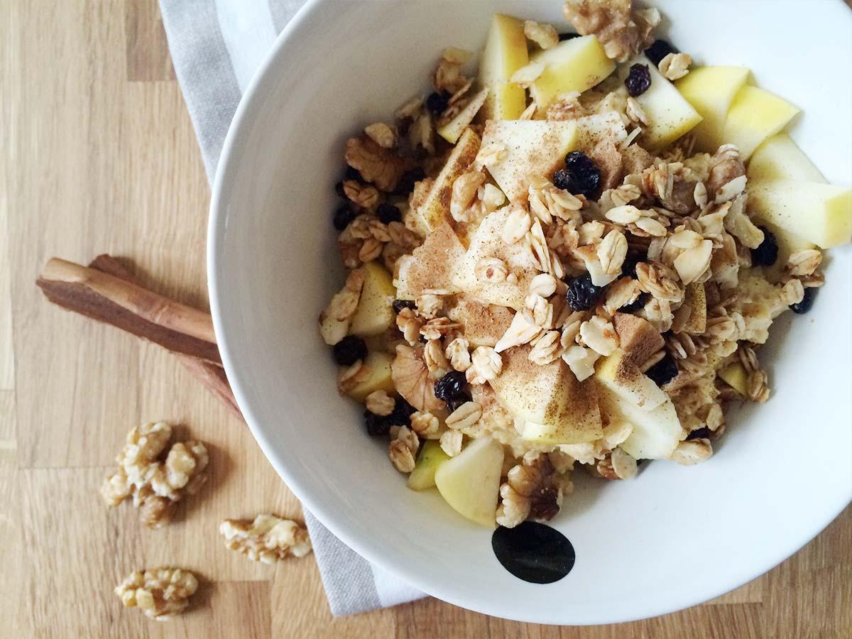 Apfel-Zimt Protein Porridge mit Walnuss & Haferflocken