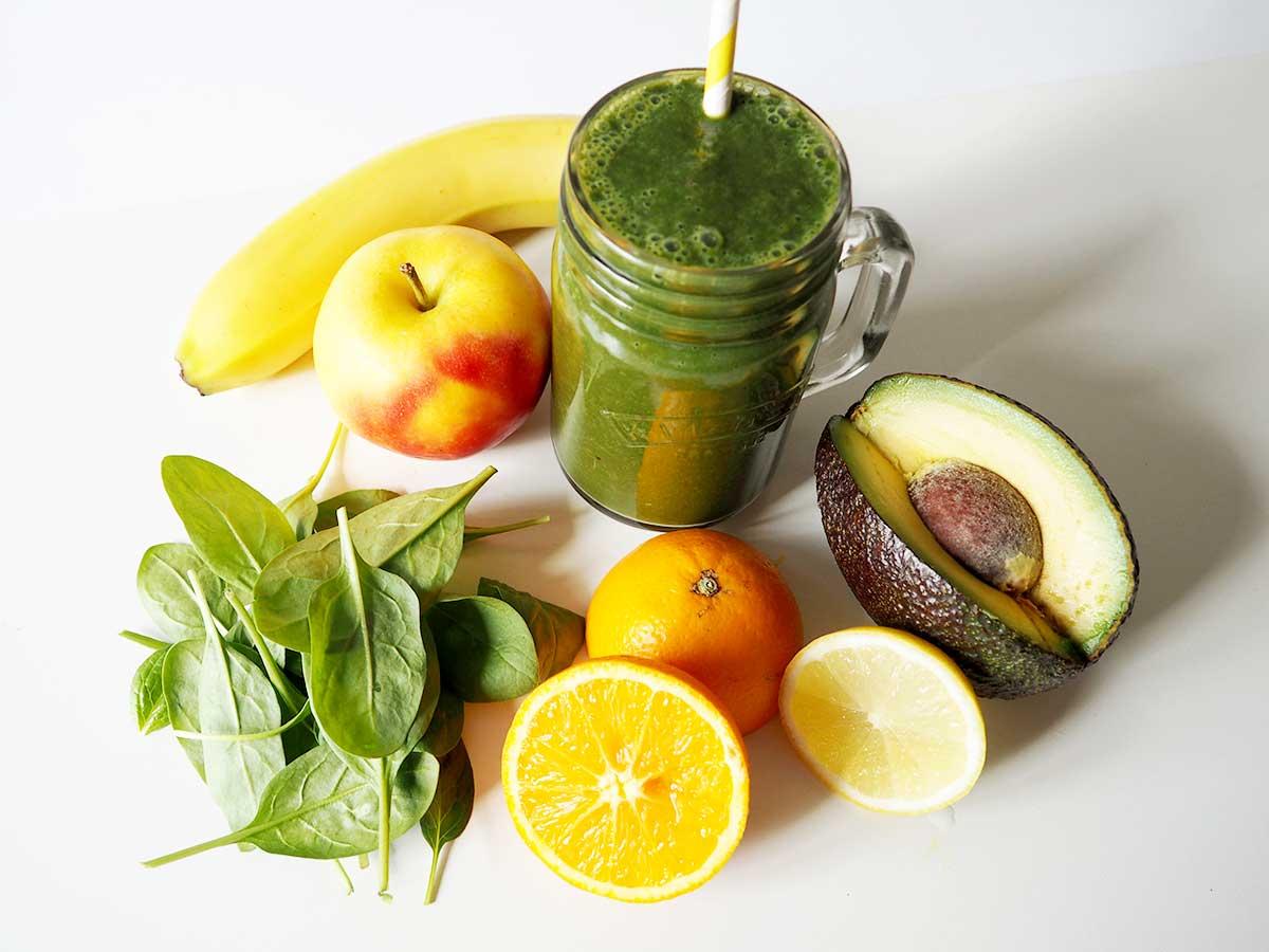 Grüner Smoothie mit Banane, Avocado, Apfel, Zitrone & Spinat