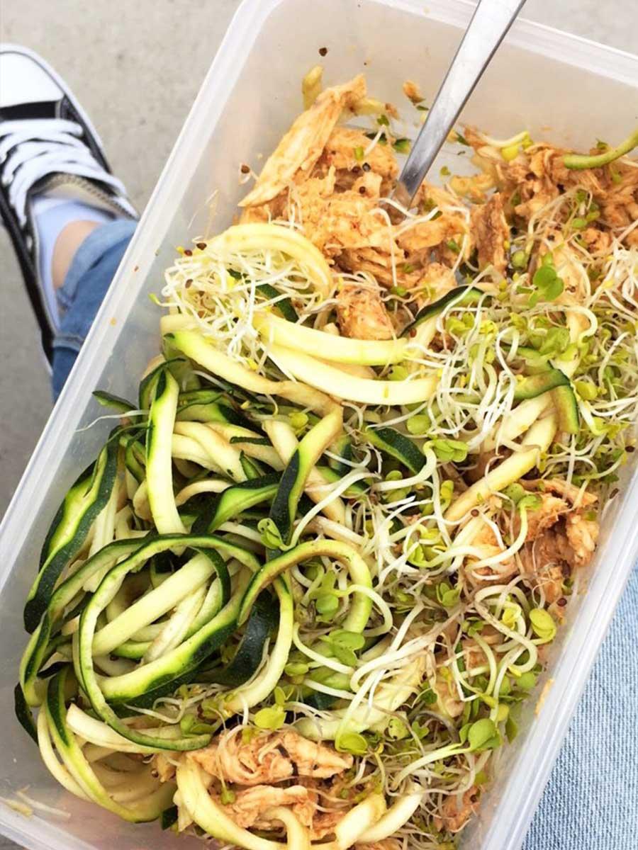 Zoodle-Salat als Mittagessen